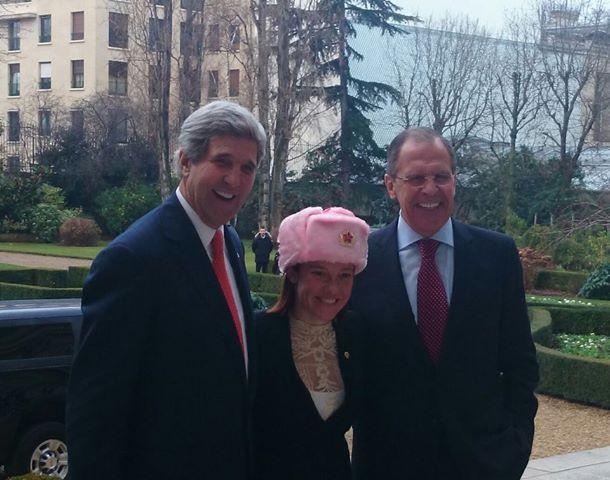 Псаки подарили розовую шапку рядом