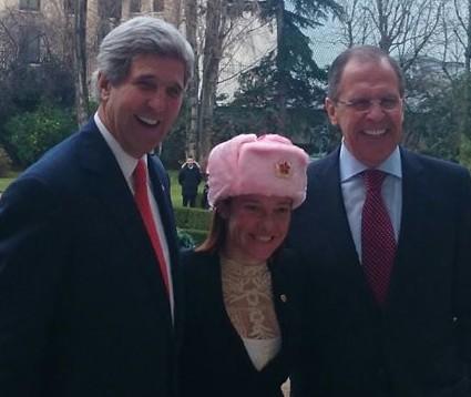Псаки подарили розовую шапку
